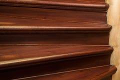 一个螺旋木楼梯的片段在房子里 免版税库存图片