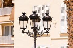 一个街灯特写镜头,反对大厦背景在锡切斯,巴塞罗那, Catalunya,西班牙 库存照片