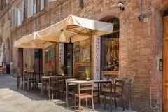 一个街道咖啡馆在锡耶纳托斯卡纳,意大利 库存照片