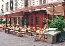 一个街道咖啡馆在巴黎早晨 免版税库存照片