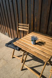 一个街道咖啡馆的大阳台与一把空的桌和椅子的 库存照片