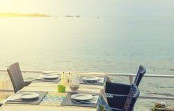 一个街道咖啡馆的木桌和椅子在海的背景的在一个晴朗的夏日 库存照片