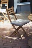 一个街道咖啡馆的椅子在边路的 库存照片