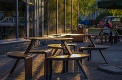 一个街道咖啡馆的空的桌在日落的 库存图片