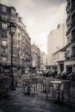 一个街道咖啡馆的被定调子的单色图象在巴黎 库存图片