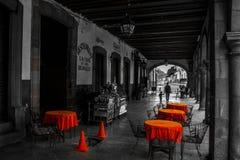 一个街道咖啡馆的黑白照片在Patzcuaro,墨西哥 免版税库存照片