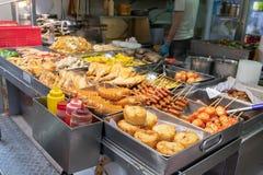 一个街道食物摊位在卖不同的类型的香港油炸并且烤食物 展示亚洲街道食物文化 库存照片