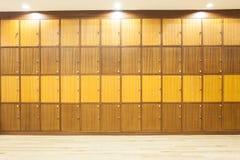 一个衣物柜的现代木内部有照明设备的在上面 免版税库存图片