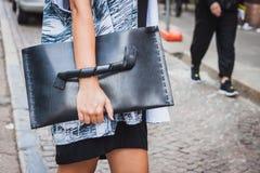 一个袋子的细节在朱拜勒修造在米兰妇女的时尚星期的时装表演之外的2014年 库存照片