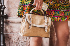 一个袋子的细节在朱拜勒修造在米兰妇女的时尚星期的时装表演之外的2014年 免版税库存照片