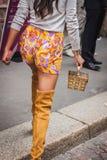 一个袋子的细节在朱拜勒修造在米兰妇女的时尚星期的时装表演之外的2014年 库存图片