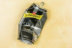 一个被击碎的空的罐头Schweppes可乐 免版税库存图片