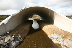 一个被已造形的机动车路地下过道结构 库存照片