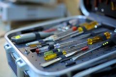 一个被开张的工具箱的特写镜头与螺丝刀的 免版税库存图片