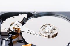 一个被打开的计算机磁盘驱动器的特写镜头视图 库存图片