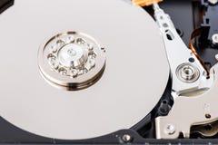 一个被打开的计算机磁盘驱动器的特写镜头视图 免版税库存照片