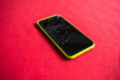 一个被打碎的智能手机屏幕的细节 免版税库存照片