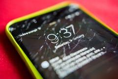 一个被打碎的智能手机屏幕的细节 图库摄影