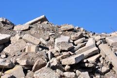 从一个被拆毁的大厦的瓦砾 免版税库存照片