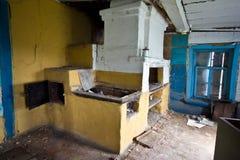 一个被放弃的俄国农村房子的内部,俄国火炉 库存图片