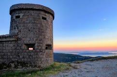 一个被放弃的克罗地亚堡垒的塔在日落的 免版税库存图片
