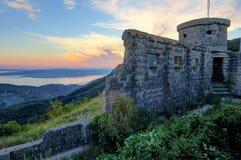 一个被放弃的克罗地亚堡垒的被破坏的墙壁在日落的 免版税库存图片