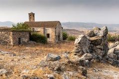 一个被放弃的和离开的教会的废墟 图库摄影