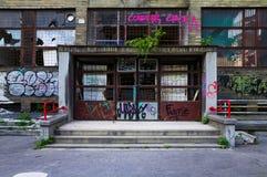 一个被放弃的大厦的入口 免版税库存照片