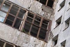 一个被放弃的大厦的墙壁和空的窗口的看法 免版税图库摄影