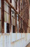 一个被放弃的大厦的生锈的窗架 库存图片