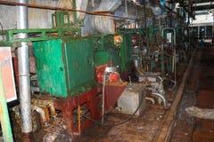 一个被放弃的工业过时化学制品石油化学的工程的精炼厂的老生锈的闭合的剥的商店有金属铁管子的 库存照片