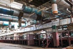 一个被放弃的工业过时化学制品石油化学的工程的精炼厂的老生锈的闭合的剥的商店有金属铁管子的 免版税库存照片