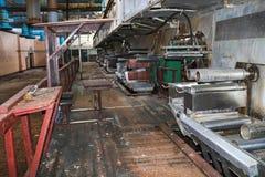 一个被放弃的工业过时化学制品石油化学的工程的精炼厂的老生锈的闭合的剥的商店有金属铁管子的 免版税库存图片