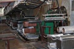 一个被放弃的工业过时化学制品石油化学的工程的精炼厂的老生锈的闭合的剥的商店有金属铁管子的 库存图片