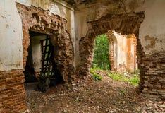 一个被放弃的庄园的内部,被放弃的修造的内部 免版税库存图片