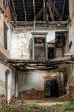 一个被放弃的庄园的内部,被放弃的修造的内部 免版税库存照片