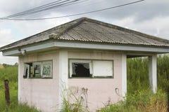 一个被放弃的房子在有残破的玻璃的一个绿色森林里 库存图片