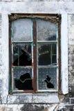 一个被放弃的房子的一个残破的窗口在一个传统村庄在HK 免版税库存照片