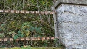 一个被放弃的房子的残破的篱芭 影视素材