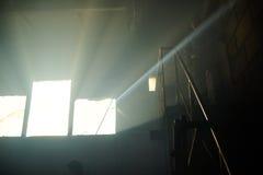 从一个被放弃的房子的窗口的光 免版税图库摄影