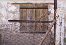 一个被放弃的房子的窗口 库存图片