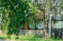 一个被放弃的房子的lanscape照片在乡下,由醉汉,绿色树的周围,土气,被围拢 免版税库存图片