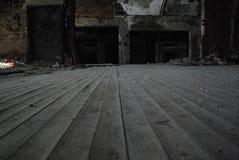 一个被放弃的教会的木地板 免版税库存图片