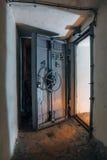 一个被放弃的苏联防空洞的被打开的密封门 免版税库存图片