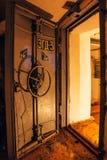 一个被放弃的苏联防空洞的被打开的密封门 免版税库存照片