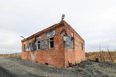 一个被放弃的路轨岗位的大厦 免版税库存图片