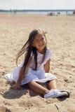 一个被晒黑的女孩的画象沙滩的 库存图片