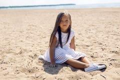 一个被晒黑的女孩的画象沙滩的 库存照片