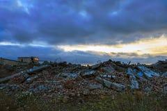 一个被毁坏的大厦的废墟在城市 免版税库存照片