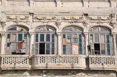 一个被毁坏的阳台在哈瓦那,古巴 免版税图库摄影